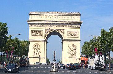 turist paris arc de triomphe